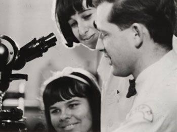 1967 iki teknisyeni ile Philadelphia Çocuk Hastanesi laboratuvarında Harald zur Hausen