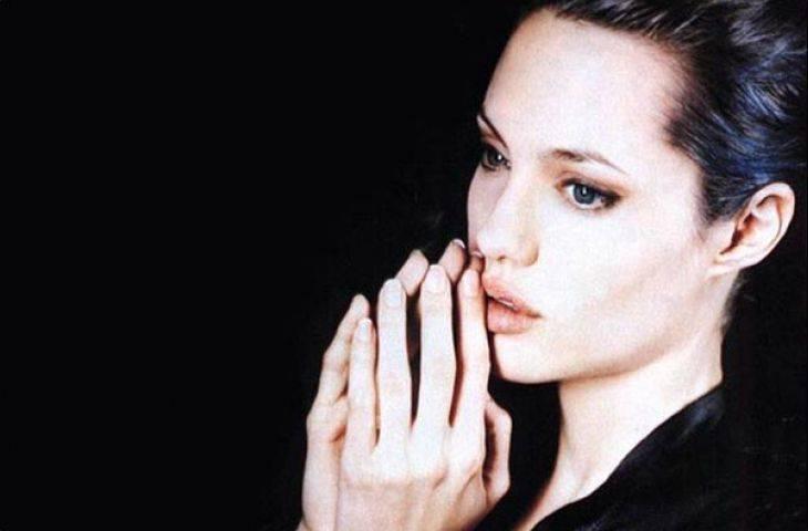 Angelina Jolie iki memesini birden aldırdı..