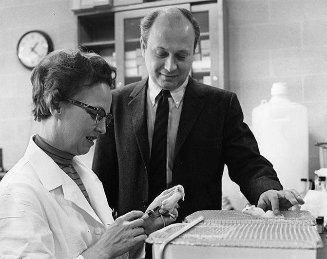 Barnett Rosenberg ve Loretta Van Camp sisplatini fare tümörlerinde denerken