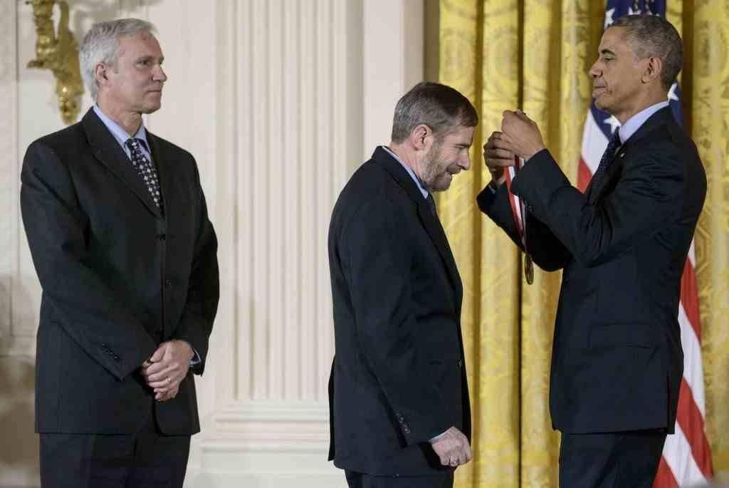 Lowy 2015 yılında dönemin ABD Başkanı Obama Bilim Teknoloji ve Yenilikçilik Ulusal Madalyası