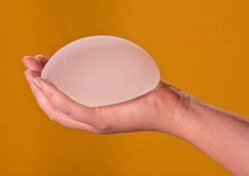 Meme implantı ve göğüs estetiği hakkında bilinmesi gereken 5 Şey