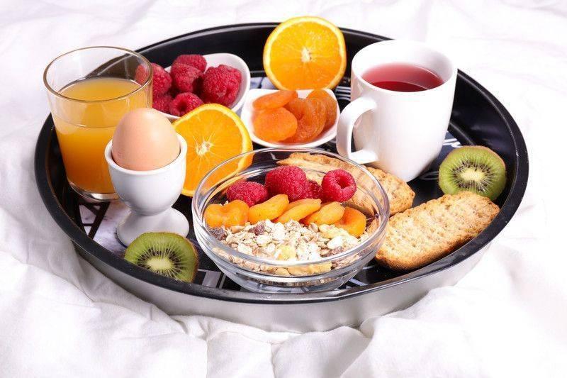Yatakta kahvaltı keyfi yapın