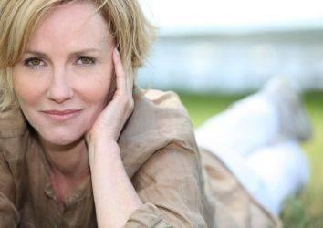 Yumurtalık (over) kanseri tedavisi sonrası menopozal yakınmaları azaltmak için verilen hormon desteği şaşırtıcı bir şekilde yaşam sürelerini uzatmıştır