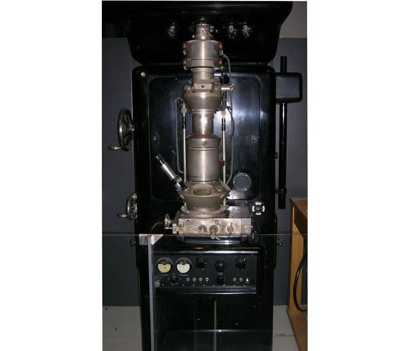 ernst ruska 1933 te nın icat ettiği ilk alektron mikroskobunun kopyası