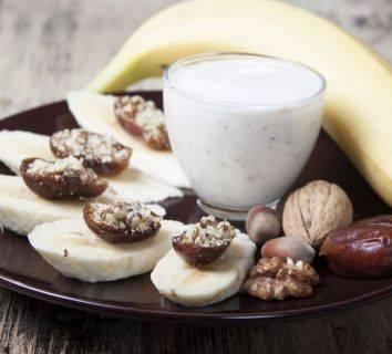 Muzlu ve hurmalı Smoothie - doğal tatlandırılmış bir içecek tarifi