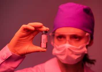 Neden koronavirüs aşısı yaptırmalıyım? Bu kadar hızlı geliştirilen bir aşı güvenilir mi?